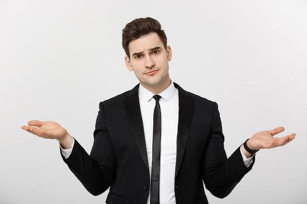 Concepto de negocio retrato apuesto joven empresario señalar con las manos en el lado para vaciar el concepto de espacio de la copia ...