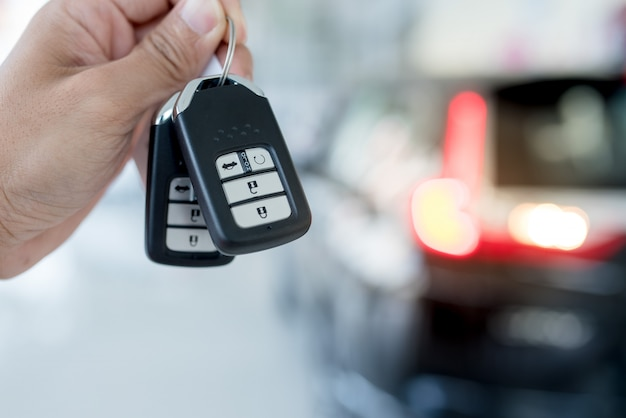 Concepto de negocio de servicio de valet parking con personas que manejan la llave del automóvil