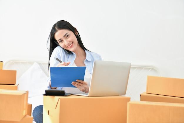 Concepto de negocio sme. los jóvenes están empacando sus paquetes.