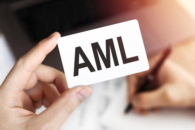 Concepto de negocio. tarjeta con letras aml - anti-money laundering.