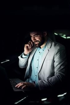 Concepto de negocio. trabajando hasta tarde, terminando la fecha límite del trabajo.