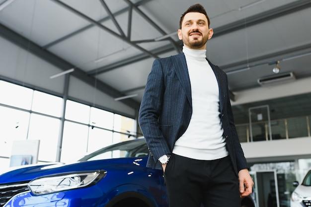 Concepto de negocio, venta de coches, consumismo y personas