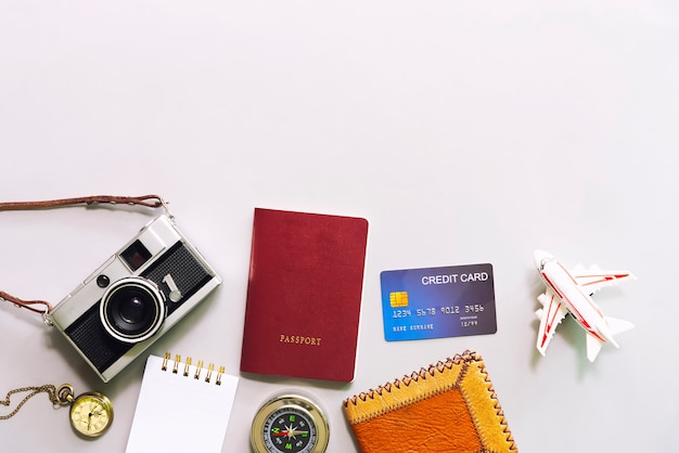 Concepto de negocio y viajes. plano de los accesorios sobre la mesa blanca.