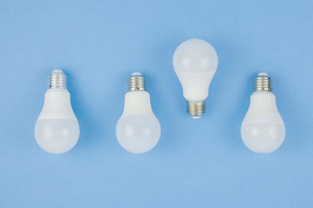 Concepto de negocios con bombillas de luz