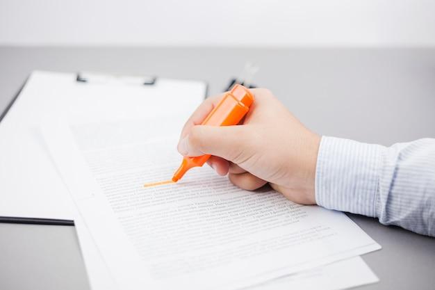 Concepto de negocios con contrato y marcador