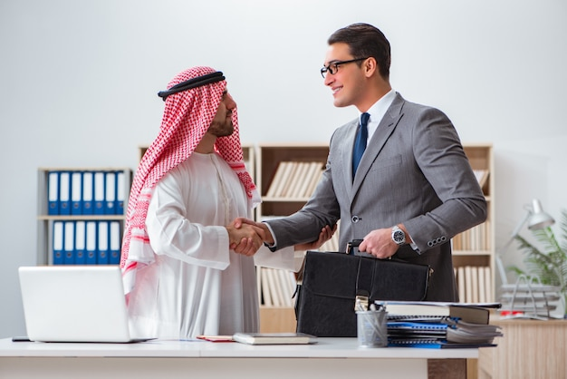 Concepto de negocios diversos con empresario árabe