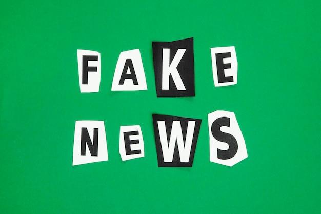 Concepto de noticias falsas con cartas de periódico