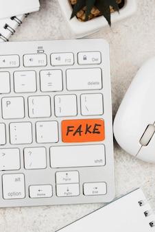Concepto de noticias falsas con teclado
