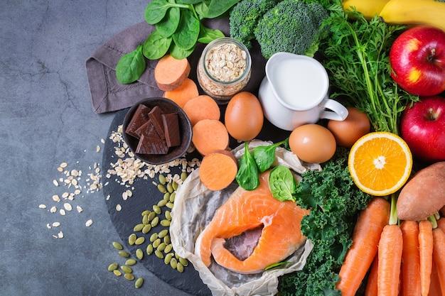 Concepto de nutrición equilibrada, alimentos para aliviar el asma y las vías respiratorias, una dieta de alimentación limpia. surtido de ingredientes saludables ricos en vitamina d, a, betacaroteno, magnesio para cocinar en la mesa de la cocina.