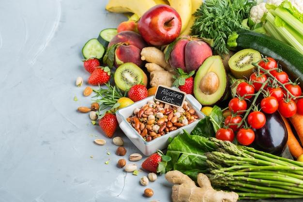 Concepto de nutrición equilibrada para una dieta alcalina de alimentación limpia. surtido de ingredientes alimentarios saludables para cocinar en la mesa de la cocina. copiar el fondo del espacio