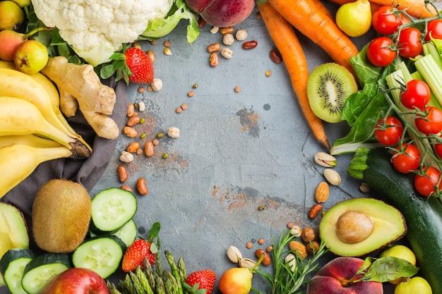 Concepto de nutrición equilibrada para una dieta alcalina de alimentación limpia. surtido de ingredientes alimentarios saludables para cocinar en la mesa de la cocina. vista superior de fondo plano laico