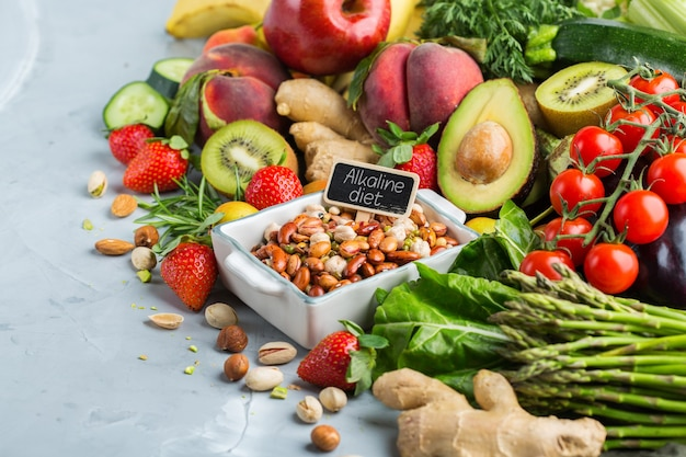 Concepto de nutrición equilibrada para una dieta alcalina de alimentación limpia. surtido de ingredientes alimentarios saludables para cocinar en una mesa de cocina