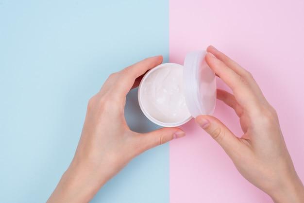 Concepto de uña nutritiva natural limpia dedo claro. por encima de la parte superior de la parte superior de alto ángulo flatlay flat lay vista de cerca de hermosas manos impecables abiertas desempaquetar desenvolver superficie pastel aislada
