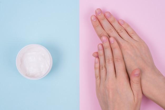 Concepto de uña nutritiva natural limpia dedo claro. encima de la parte superior de la parte superior de alto ángulo flatlay plano laicos vista de cerca de hermosas manos aromáticas impecables superficie pastel aislada