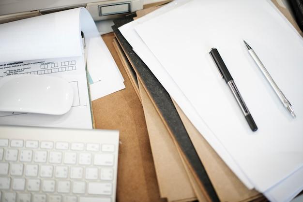 Concepto ocupado de los objetos del escritorio del lugar de trabajo del negocio