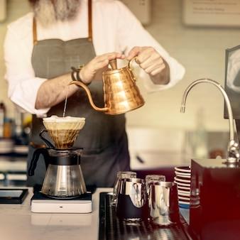 Concepto de orden de trabajo barista prepare coffee
