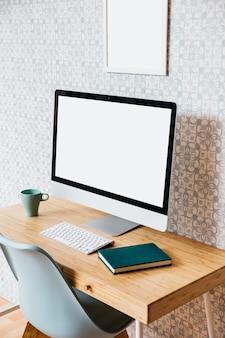 Concepto de ordenador de mesa y espacio de trabajo