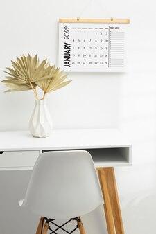 Concepto de organización del tiempo con escritorio y calendario