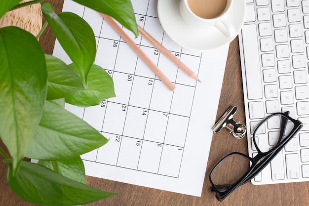 Concepto de organización de tiempo plano laico con calendario