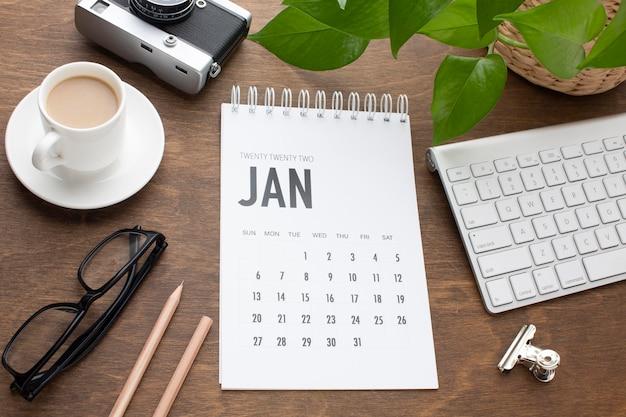 Concepto de organización del tiempo de vista superior con calendario