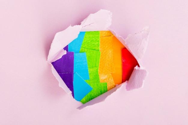 Concepto de orgullo gay colores del arco iris en papel blanco