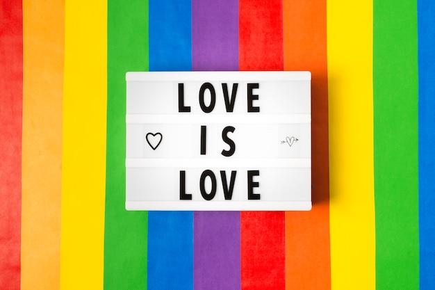 Concepto de orgullo gay en colores del arco iris