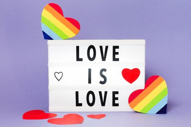 Concepto de orgullo gay con corazones en colores del arco iris