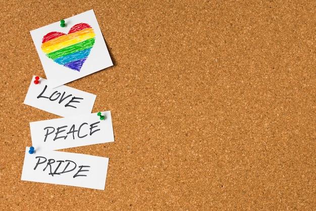 Concepto de orgullo gay en el fondo del corcho