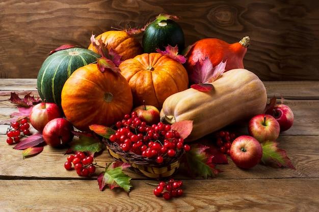 Concepto de otoño con calabazas, manzanas y bayas