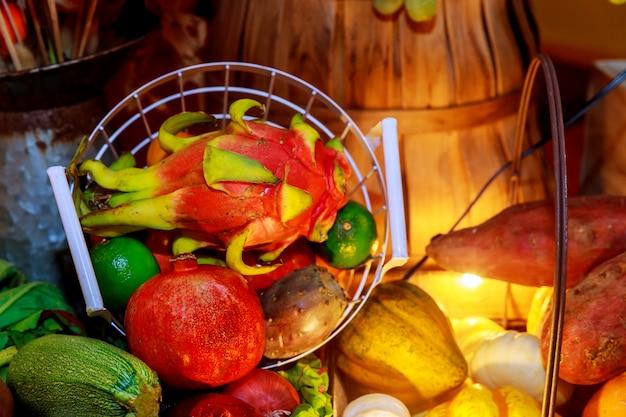 Concepto de otoño con fondo de alimentos orgánicos de frutas y verduras de temporada cosecha de otoño