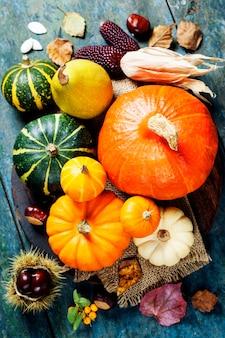 Concepto de otoño con frutas y verduras de temporada en tablero de madera