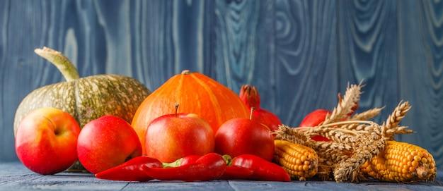 Concepto de otoño con frutas y verduras de temporada.