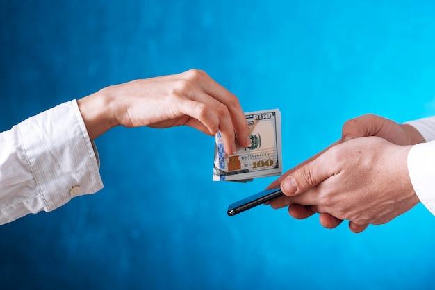 Concepto de pago electrónico sin contacto y pedido de bienes y servicios en el hogar utilizando aplicaciones en un teléfono móvil