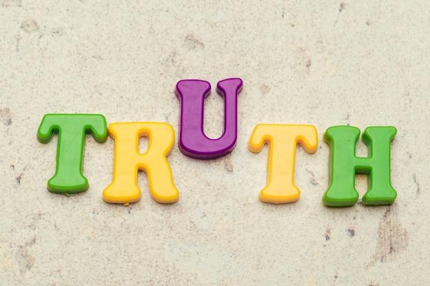 Concepto de la palabra de la verdad en letras coloridas plásticas