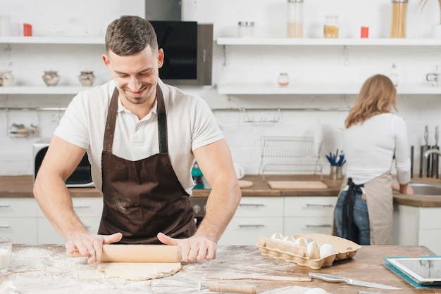 Concepto de panadería con pareja en casa