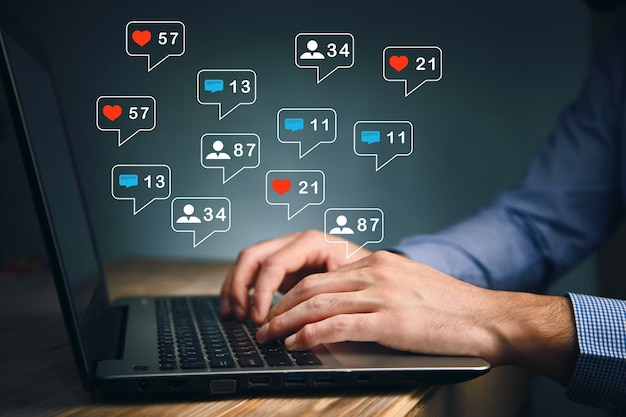 Concepto de pantalla de iconos virtuales de marketing y redes sociales