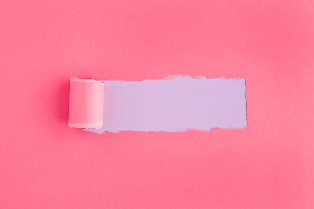 Concepto de papel rosa rasgado del día de la mujer