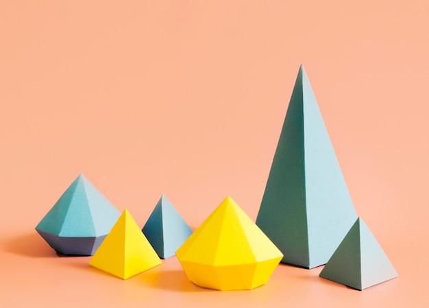 Concepto de papel de triángulos en el escritorio