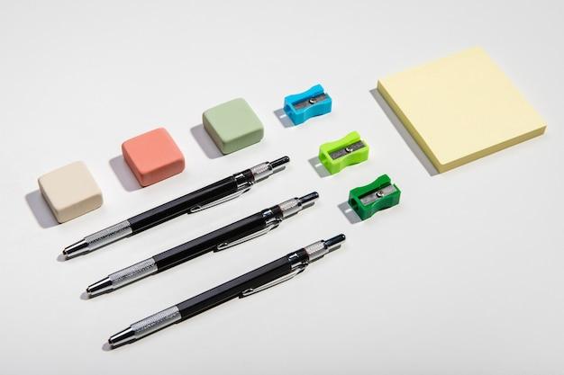 Concepto de papelería con notas adhesivas y accesorios de escritura.