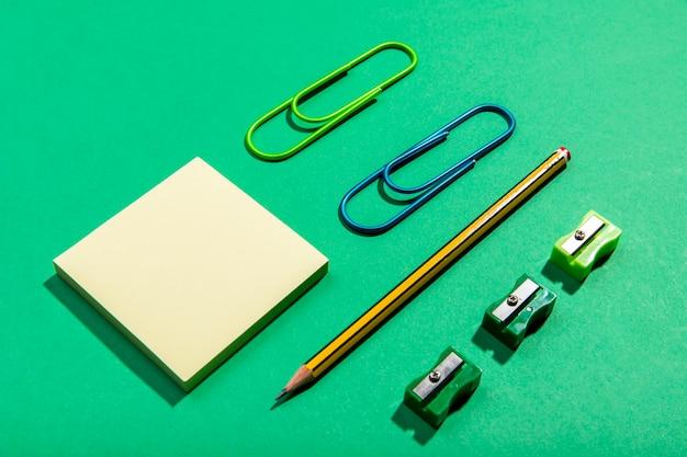 Concepto de papelería con notas adhesivas de alta vista