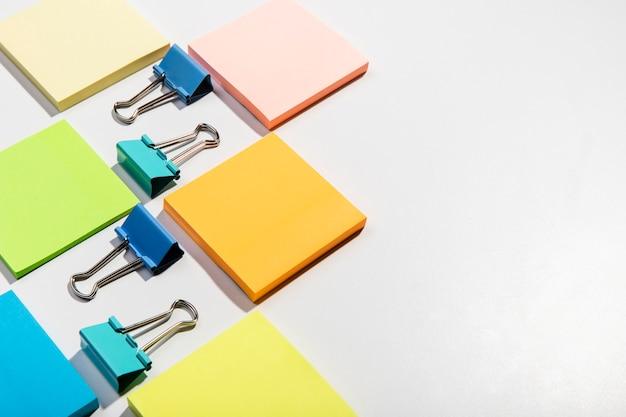 Concepto de papelería con notas adhesivas y clips de carpeta