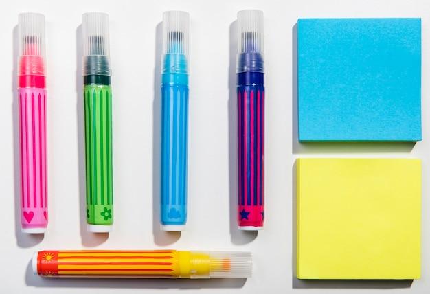 Concepto de papelería con notas adhesivas y marcadores