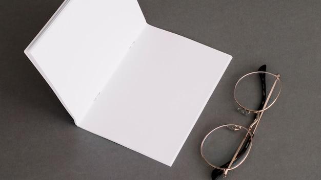 Concepto de papelería con papel y gafas