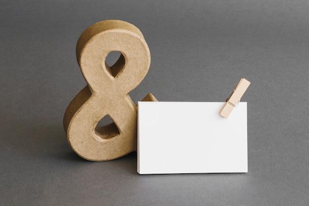 Concepto de papelería con tarjeta de visita y ampersand
