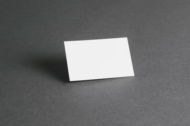 Concepto de papelería con tarjeta de visita en blanco