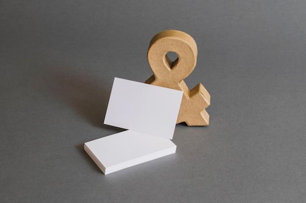Concepto de papelería con tarjetas de visita y ampersand