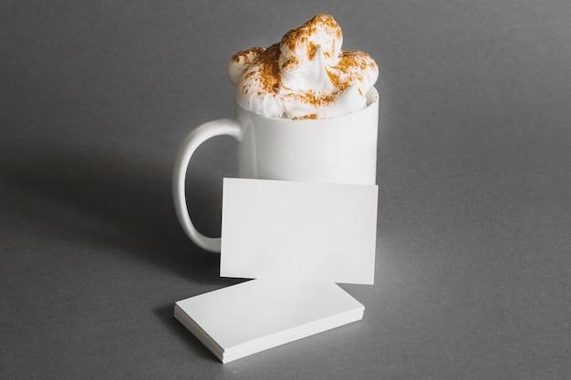 Concepto de papelería con tarjetas de visita y taza