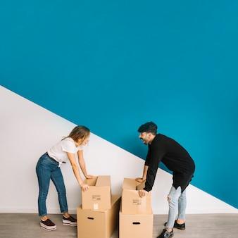 Concepto de pareja mudando a piso nuevo