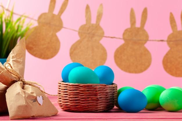 Concepto de pascua con decoración de papel de conejo con espacio de copia. foto creativa