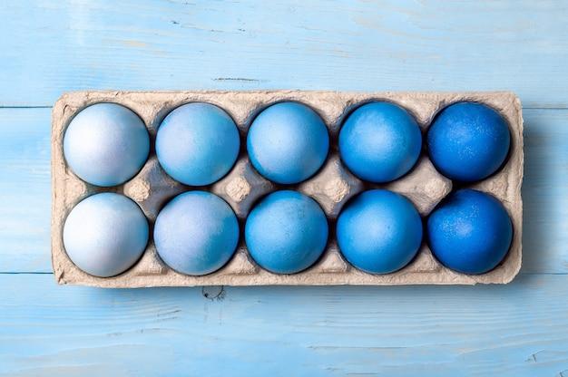 Concepto de pascua. huevos ombre en colores azules en envases de cartón.